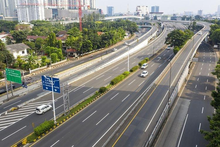Foto udara lalu lintas kendaraan menuju Jakarta di Simpang Susun Tomang, Jakarta, Jumat (10/4/2020). PSBB agaknya cukup berimbas pada kualitas udara di Jakarta yang kian membaik. Sumber: ANTARA FOTO/Nova Wahyudi