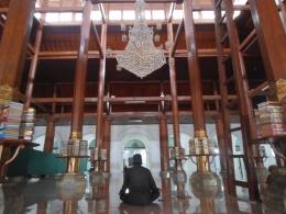 Salah satu pengunjung sedang berdzikir di dalam masjid Sunan Ampel. Arsitektur masjid ini didominasi oleh unsur Arab dan Jawa--dokpri