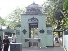 Pintu masuk makam Sunan Ampel terdapat dua, yaitu untuk laki-laki dan perempuan--dokpri