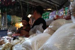 Pedagang gula pasir di Pasar Induk Cikurubuk Kota Tasikmalaya | (KOMPAS.COM/IRWAN NUGRAHA)