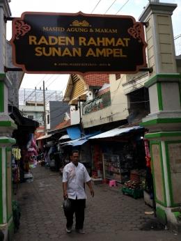 Pintu masuk komplek Masjid Agung dan makam Sunan Ampel, Surabaya. Para pengunjung akan disuguhi pedagang yang menjajakan makanan maupun pakaian--dokpri