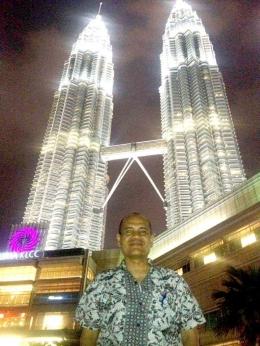 Suasana malam hari di Menara Kembar Kuala Lumpur , Malaysia (foto: dok. pribadi)