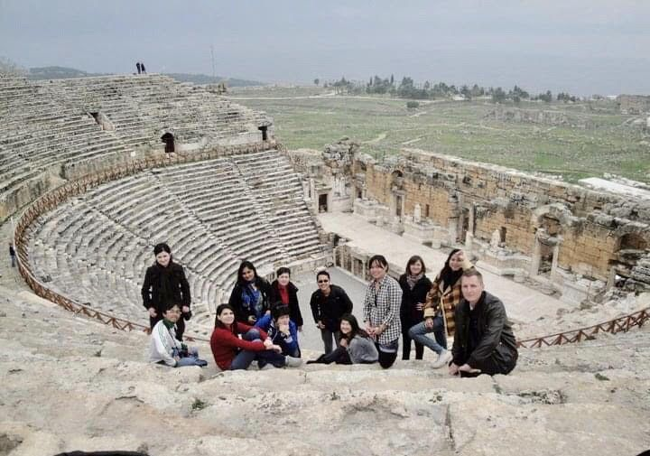 Berfoto bersama di Amfiteater Efesus bersama teman-teman pertukaran.   Sumber: Dokumentasi Pribadi