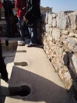 Toilet umum romawi kuno.   Sumber: Dokumentasi Pribadi