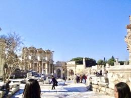 Gerbang Perpustakaan Celsus dan reruntuhan bangunan kuno di Efesus.   Sumber: Dokumentasi Pribadidi