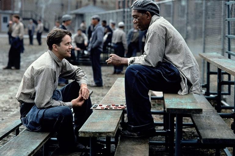 Setelah lama murung karena dipenjara meski tak bersalah, Andy bisa tersenyum lagi setelah memiliki kawan bernama Red (gambar dari IMDb)