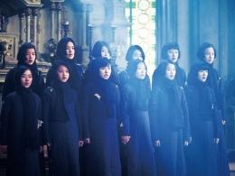 Para siswi ini terancam oleh kehadiran serdadu Jepang (sumber gambar: IMDb)