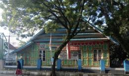 Ilustrasi: Bulan Ramadan tahun 1969-1976 ex Gedung DPRD Bone Sulawesi Selatan dan ex Rumah Raja Bone ke-32 La Mappanyukki (Presiden Bung Karno saat ke Bone, mampir di rumah ini untuk ketemu Raja Bone), dulu rumah ini dijadikan tempat shalat tarawih berjamaah masa Bupati H. Suaib, saat ini menjadi Perpustakaan Daerah Bone. Foto ini dikirim Randy tadi siang, sengaja penulis minta untuk di tampilkan pada artikel ini (12/5). Sumber: Dokpri | ASRUL HOESEIN