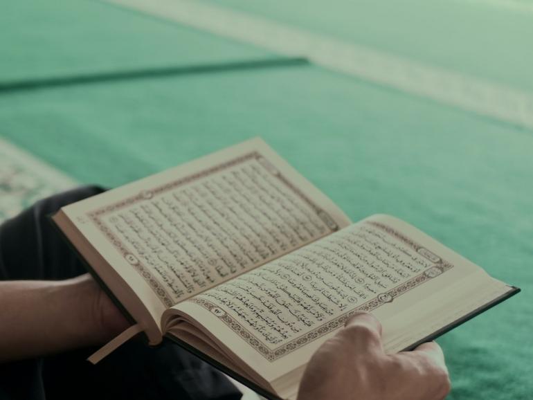 Al Quran dihimpun dalam satu mushaf pada masa Khalifah Usman bin Affan (ilustrasi: unsplash.com/Masjid Pogung Dalangan)