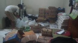 Dibantu anak mengemas paket lebaran Dok Eko S Nurcahyadi