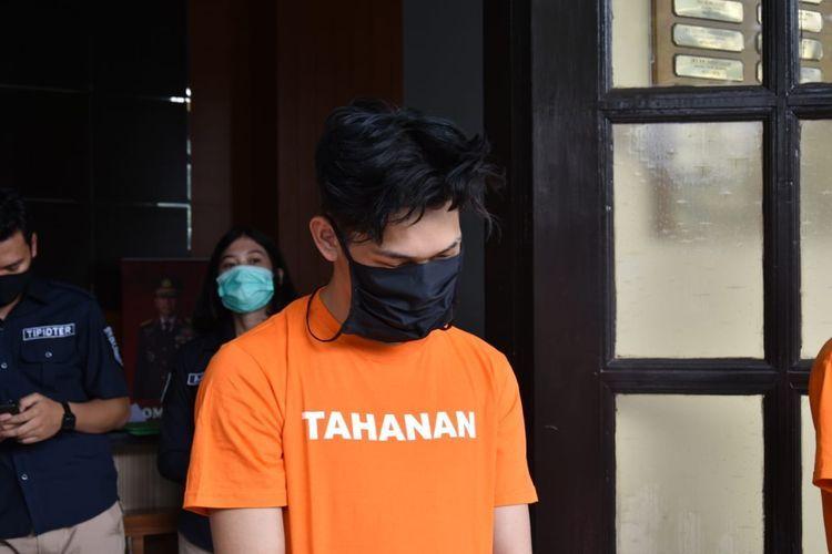 YouTuber Ferdian Paleka saat berada di Mapolrestabes Bandung, Jumat (8/5/2020).(KOMPAS.com/ AGIE PERMADI)