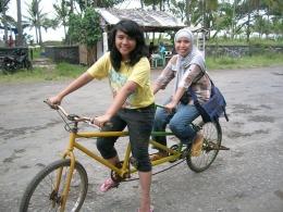 Naik sepeda menikmati jalan perkampungan Pangandaran yang masih banyak pohon kelapa. (foto: dok. pribadi)