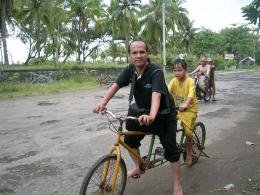Biar tidak bosan di pantai, nikmati naik sepeda tandem. (foto: dok. pribadi)