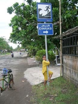 Jalur evakuasi, tempat menyelamatkan diri dari tsunami. (foto: dok. pribadi)