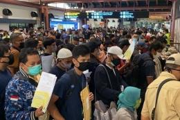 Terlihat banyaknya orang yang memadati bandara Soekarno-Hatta. medium.com