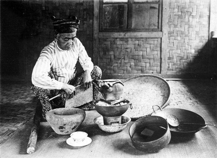 Ilustrasi dukun: Tropenmuseum   Repronegatief. Een dukun (medicijman) bereid een drank