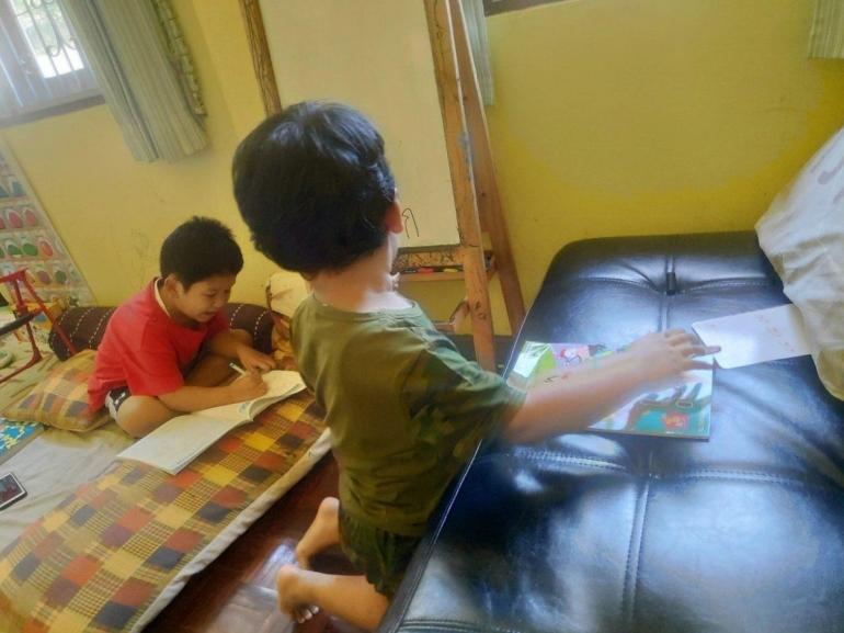 Anak homeschool, belajar tidak harus di meja (sumber: dokpri)