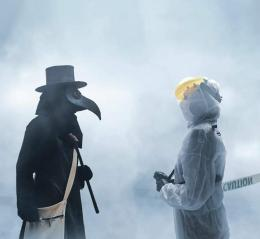 Pandemi dari masa ke masa. Kiri-Plague doctor yang menangani black death, kanan-tim medis yang saat ini menangani Covid-19 (twitter/dr_jerr)