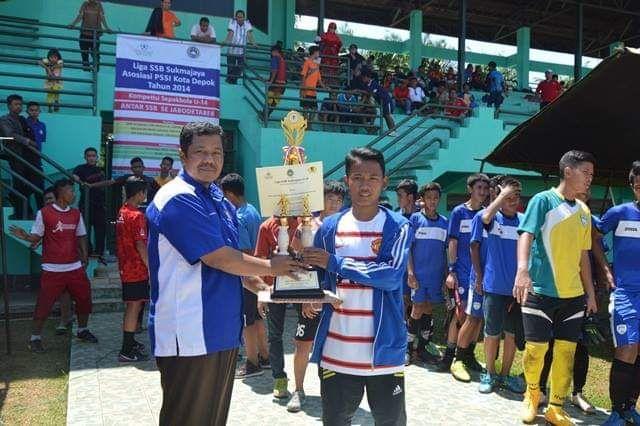 Penyerahan tropi juara Liga SSB Sukmajaya 2014 (Sumber: Supartono JW)