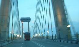 Jembatan Siak menjelang malam hari. (foto: dok. pribadi)