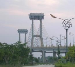 Dua menara ikon Jembatan Siak. (foto: dok. pribadi)
