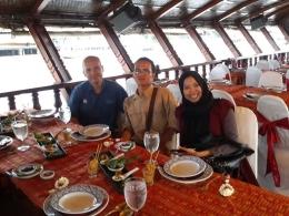 Tempat duduk di perahu settingnya seperti di kafe. (foto: dok. pribadi)
