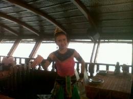 Di atas perahu yang menyusuri Sungai Chao Phraya ada hiburan penari Thailand. (foto: dok. pribadi)