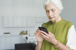 Orang tua menggunkan smartphone | Source: Freepik.com