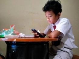 Siswa SD tentang mengerjakan ujian online dengan gawai cerdas - Sumber Foto: Dokpri/IST