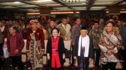 Prabowo Subianto (kanan) saat hadir dalam Kongres V PDIP di Bali (tribunnews.com).