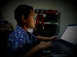 Badai siswa kelas 2 SD bersemangat kerjakan soal UKK dengan memakai seragam sekolah - Sumber Foto: Dokumentasi pribadi/IST