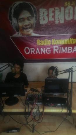 Bepuncak, belajar siaran dari penyiar rimba yang lebih senior. (Foto : Elvidayanty/dok.KKI Warsi)