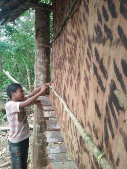 Bepuncak sedang membangun rumah adat Orang Rimba. (Foto : Anggun/dok.KKI Warsi)
