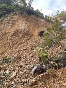 Tanah longsor setinggi 5 meter lebih menutup jalan di puncak Adian dan sampai hari ini belum diperbaiki. Sumber photo dari grup Facebook HAMARS