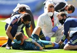 Bernd Leno mendapatkan perawatan pasca berbenturan dengan penyerang Brighton. Gambar: Twitter.com/Arsenal