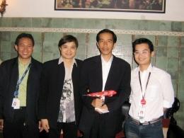 Foto Saya dan Tim saat memberikan souvenir miniatur pesawat Air Asia kepada Walikota Solo Bapak Jokowi (dokpri)