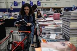 Pengunjung menggunakan troli untuk membawa buku-buku saat bazar buku Big Bad Wolf (BBW) di Indonesia Convention dan Exhibition (ICE) BSD, Tangerang (12/3/2020). Bazar BBW Jakarta 2020 menawarkan diskon dari 60 persen hingga 80 persen harga retail untuk buku-buku internasional serta diselenggarakan pada tanggal 6 sampai 16 Maret 2020.(KOMPAS.com/GARRY LOTULUNG)