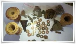 Koin dan beberapa temuan lain di situs arkeologi (Foto:https://www.bbc.com/indonesia/indonesia-47512483)