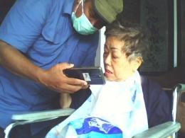 Bunda/Nenek Ny.Sumilah Wahdini di Pundong, Bantul terhibur bisa berinteraksi dengan cucunya di Australia| Dokumentasi pribadi