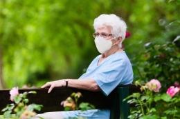 Ilustrasi WHO wajibkan lansia di atas 60 tahun memakasi masker medis| Sumber: Shutterstock publikasi via Kompas.com