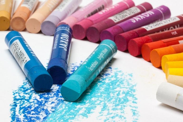 Ilustrasi crayon warna biru. Sumber : pixabay.com/stux