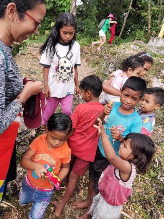 Nova lagi membagikan makanan kecil & ATK ke anak-anak pada saat berkunjung ke Desa Adat Prai Ijing di Sumba Barat (dokpri)