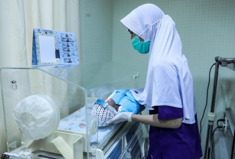 Perawat membuat pelindung wajah atau ''Face Shield (KOMPAS.com/GARRY LOTULUNG)