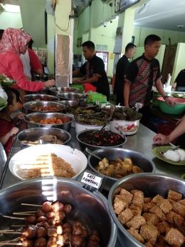 Beragam menu tertata rapi di meja panjang di Nasi Jamblang Ibu Nur, dokpri