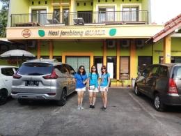 Berpose di depan RM Nasi Jamblang Ibu Nur, kuliner khas Cirebon (dokpri)