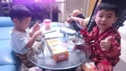 Keponakanku sedang menikmati yummynya bolu mangga Cerbon (dokpri)