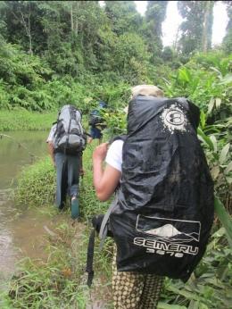 Perjalanan di dalam kawasan TNBD. Kadang harus melewati sungai dan rawa. (Foto: dok. KKI Warsi)