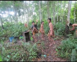 Orang Rimba di dalam kawasan TNBD. (Foto: dok. KKI Warsi)