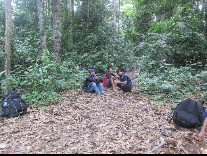 Anak muda dari Suku Orang Rimba yang menjadi porter sedang beristirahat. (Foto : dok KKI Warsi)