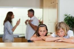 Ilustrasi anak yang bersedih hati akibat perceraian orang tua (Foto: Shutterstock via kompas.com)